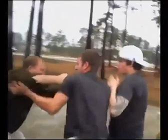 【動画】ロードレイジ。おじさんが10代の若者2人に殴りかかるが…
