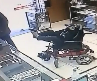 【動画】脳性麻痺で電動車椅子に乗った男が足で銃を突きつけ宝石店を襲う
