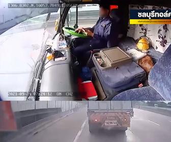 【動画】スマホゲームをしながら運転をするトラックが停車しているトラックに突っ込んでしまう