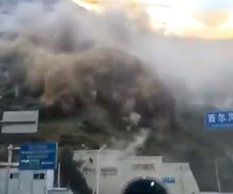 【動画】中国四川省で地すべりが発生。トンネルの入り口に大量の岩が落下してくる衝撃映像