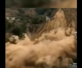 【動画】中国山西省で大規模な土砂崩れが発生。車数台が土砂に巻き込まれる衝撃映像