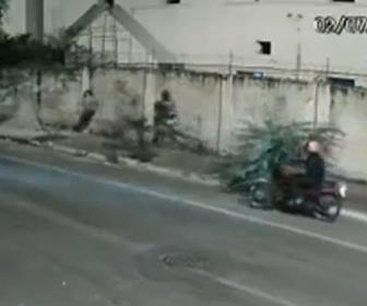 【動画】バイクに乗った強盗が歩行者を襲った直後にパトカーが…