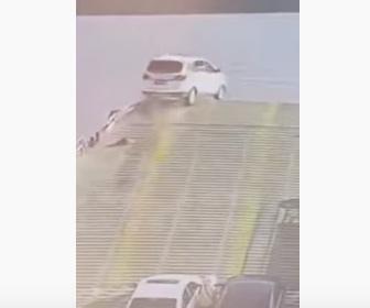 【動画】猛スピードの車がフェリーのランプウェイから川に落下してしまう