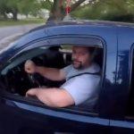 【動画】ヤバすぎるバイカー。安全に左折した車を追いかけ運転手を殴り倒す