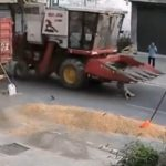 【動画】トラックの脇から道に飛び出した少年に猛スピードの重機が…