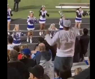 【動画】チアリーダーの父親が踊る娘を見ながら観客席で娘と一緒に踊ってしまう