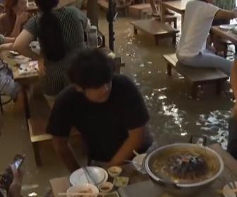 【動画】洪水で浸水したレストランで外食をするタイ人
