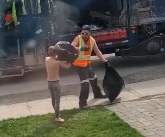 【動画】少年がゴミ袋に隠れてゴミ収集にきた作業員を驚かす