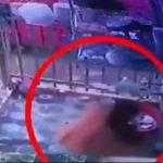 【動画】警察から走って逃げる女が皿を洗うふりをして警察から逃れる