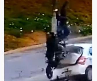 【動画】カップルが乗る猛スピードのバイクが前に車に突っ込み宙を舞う事故映像