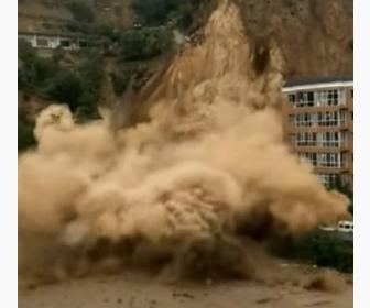 【動画】中国で大規模な土砂崩れ。一瞬で住宅や車を土砂が飲み込む衝撃映像