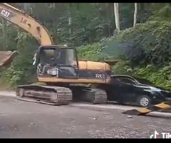 【動画】ショベルカーが方向転換した瞬間、横を走るバンを破壊してしまう