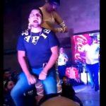 【動画】男性がステージでセクシー美女と腰を振るが途中から…