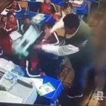 【動画】中国、小学校の先生が生徒に暴行。棒で何度も叩き投げ飛ばす衝撃映像