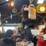 【動画】満員のレストランでカーボーイが乗る馬が暴れ出し…