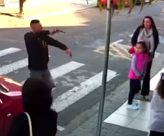 【動画】銃を持った強盗が歩道にいる人達を襲うが非番の女性警察官が至近距離から…
