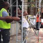 【動画】建設作業員の車を盗もうとした泥棒が捕まり柱に縛られる
