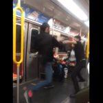 【動画】電車内で男2人が激しい喧嘩。男性がスリーパーホールドで喧嘩を止める