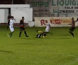 【動画】サッカーの試合で審判の判定に怒った選手が審判の頭を蹴り逮捕される