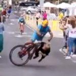 【動画】自転車レースで道を横切ろうとした女性が猛スピードの自転車に激突してしまう