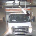 【動画】駐車場天井の配管にトラックの荷台が引っかかってしまうが…
