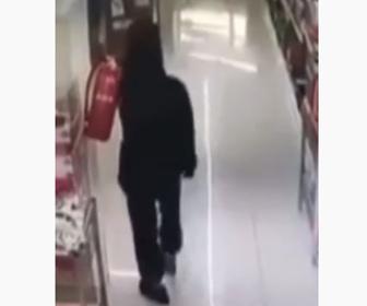 【動画】店内で男性が誤って消火器を落としてしまい…